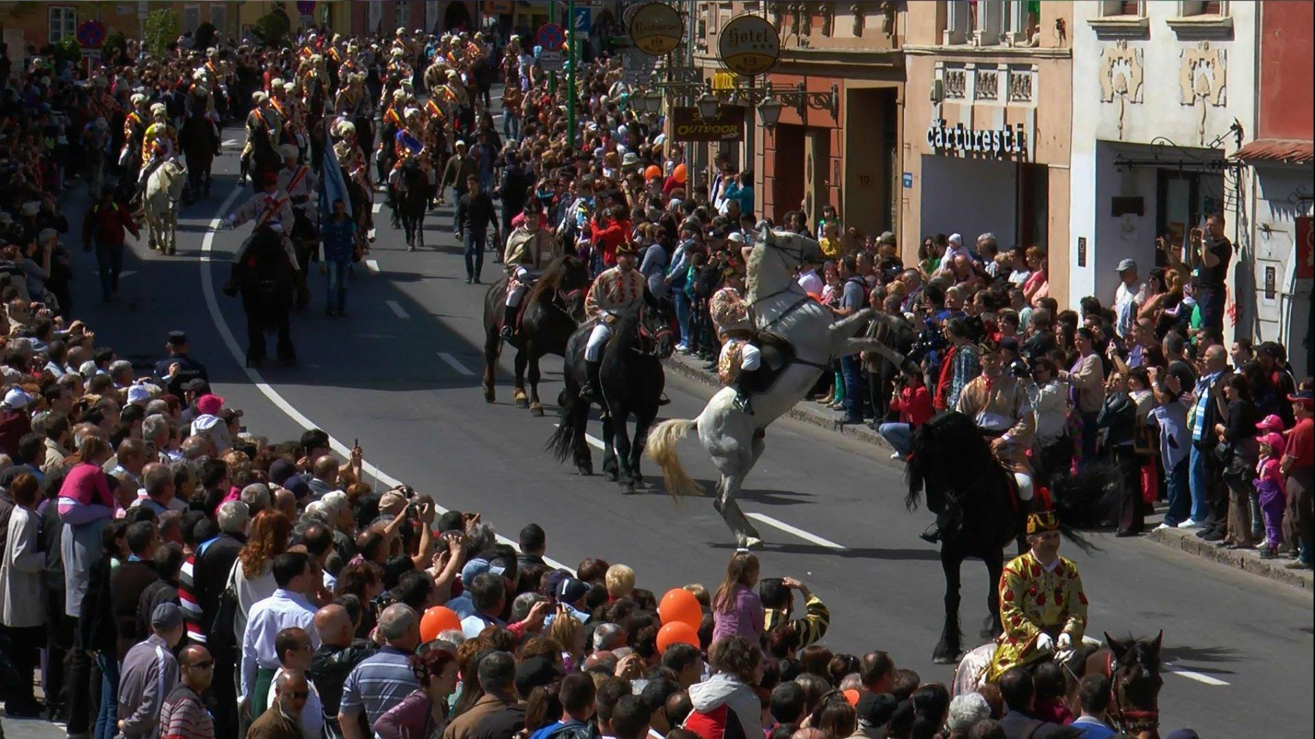 """Cel mai cunoscut eveniment tradițional al Junilor este """"Ziua de călări"""" sau """"Coborârea în Cetate"""" cum mai este cunoscută defilarea călare a cetelor de juni prin Șchei, dar și pe străzile cetății Brașovului."""
